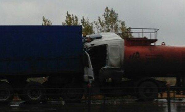 Бензовоз протаранил грузовик на Западном шоссе под Ростовом