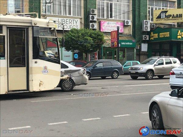 Трамвай и иномарка столкнулись на перекрестке в центре Ростова