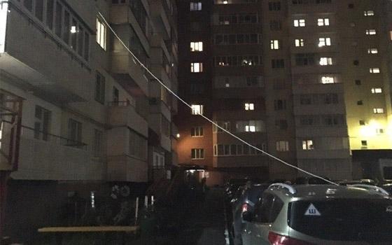 Автомобилист из Брянска привязал к балкону стоящую во дворе иномарку