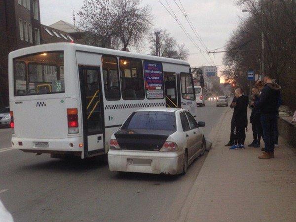 Маршрутка и легковушка столкнулись на остановке в центре Ростова