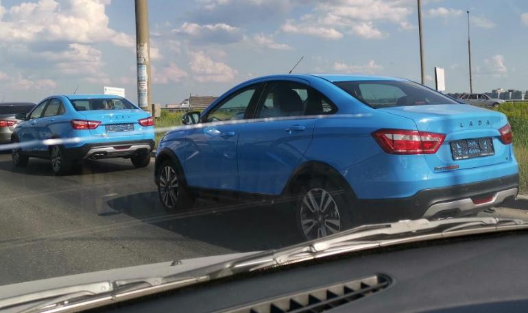 Lada Vesta Cross сфотографировали в новом голубом цвете