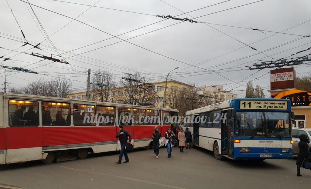 Трамвай и пассажирский автобус № 11 столкнулись в центре Саратова
