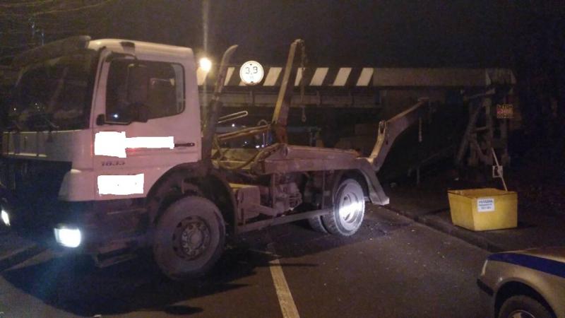 Грузовик «Мерседес» врезался в железнодорожный мост в Калининграде