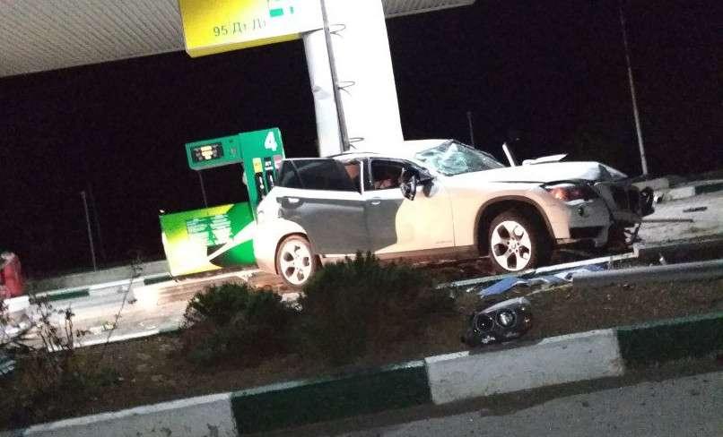 BMW X1 разбился ночью около автозаправки в Севастополе
