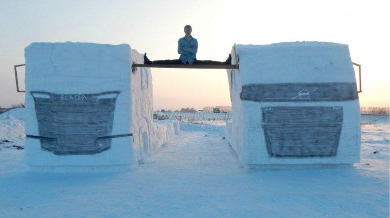 Два грузовика из снега: сибиряк повторил трюк Жан-Клода Ван Дамма