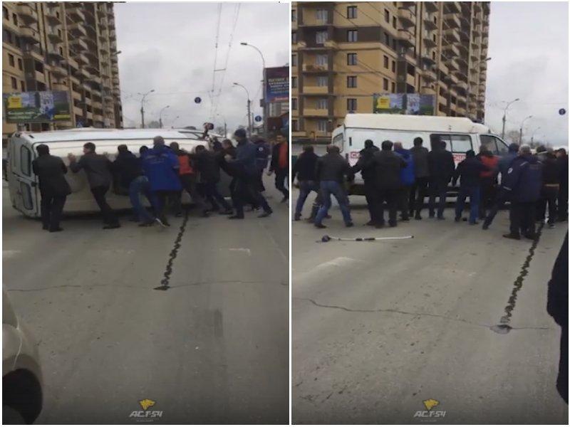 ДТП в Новосибирске: очевидцы ставили на колеса «скорую»
