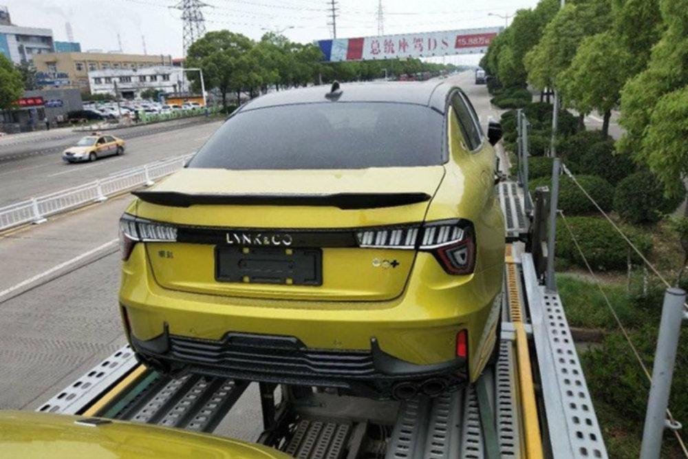 Новый Lynk&Co, который появится в РФ, сфотографировали на автовозе