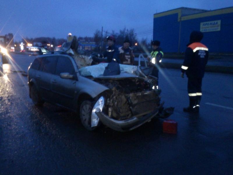В Ярославле водитель большегруза раздавил Renault и скрылся