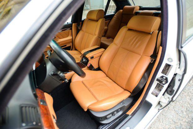 Уникальный белый BMW 740i выставили на аукцион