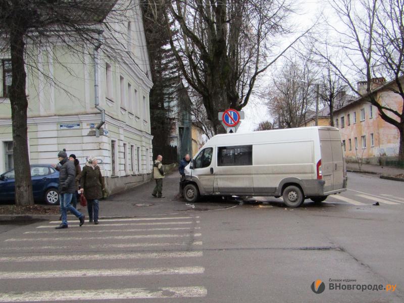 Водитель микроавтобуса врезался в музей кино в Великом Новгороде