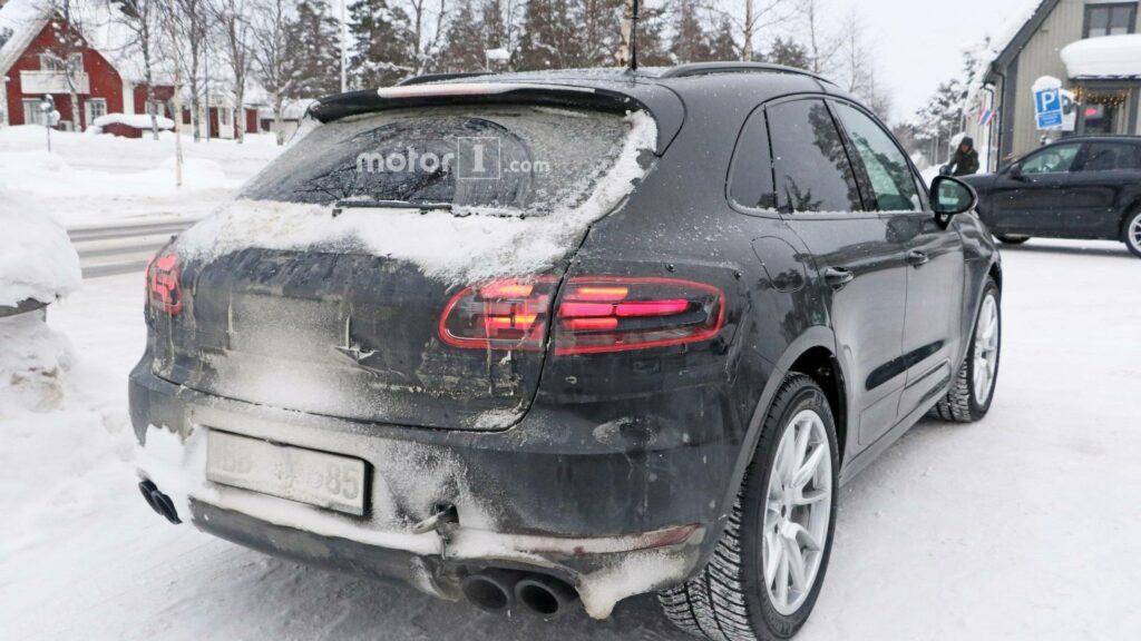 Появились новые фото обновлённого кроссовера Porsche Macan