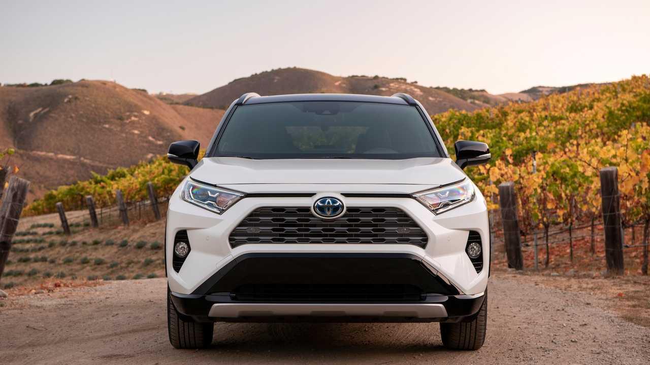 Тойота RAV4 – гибрид 2019 года, созданный для покорения городских дорог и бездорожья