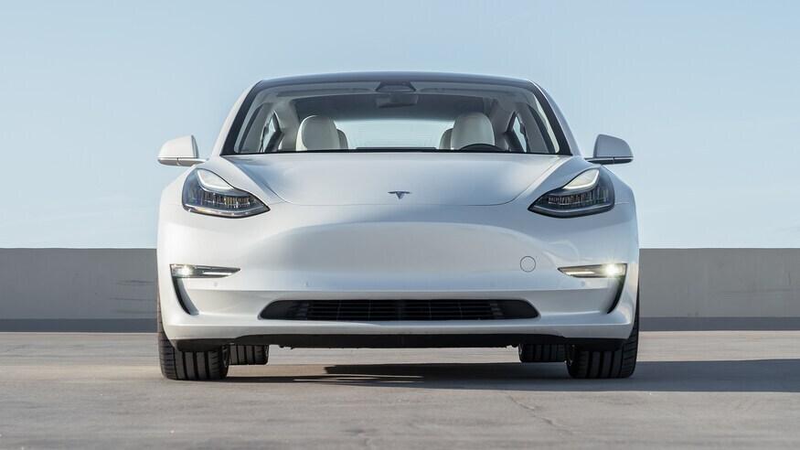 Покупателям Tesla предложили два дополнительных места за 235 тысяч рублей
