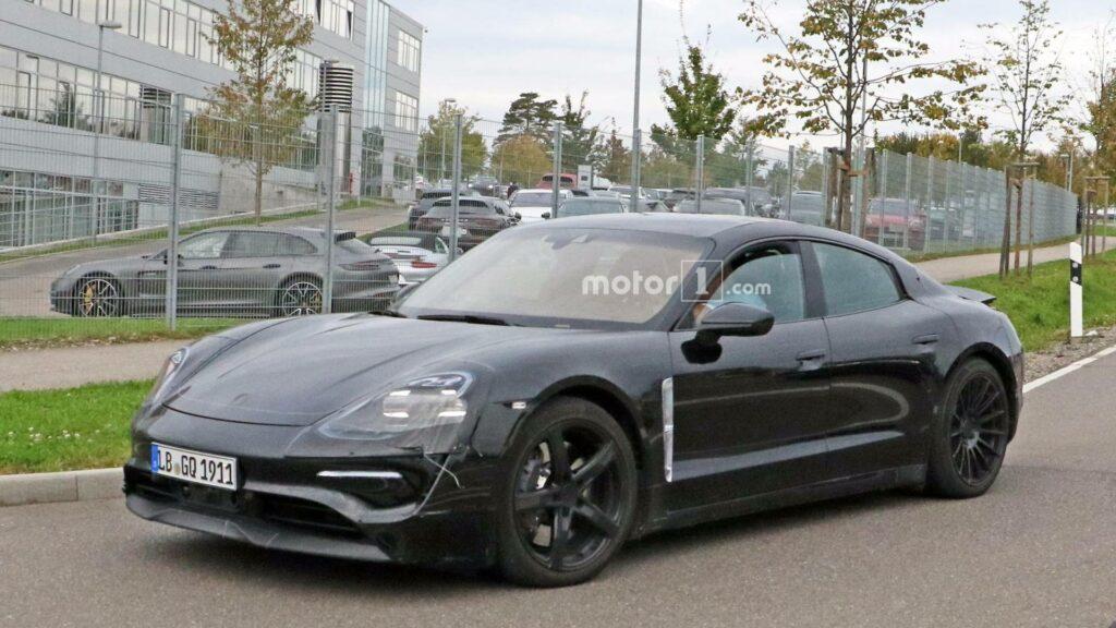 В Сети появились новые снимки электромобиля Porsche Mission E