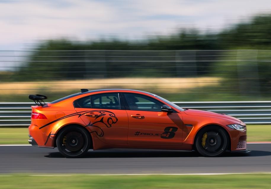 Jaguar впервые обновила «заряженный» седан Jaguar XE SV Project 8