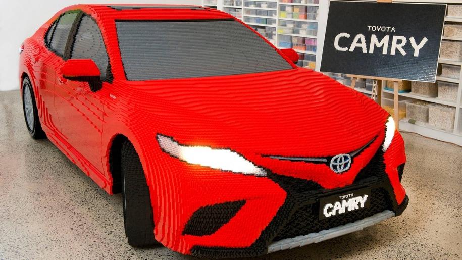 Двухтонный Toyota Camry создали из 500 тысяч кубиков LEGO