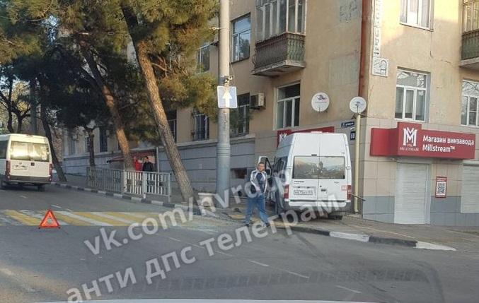 ДТП в Новороссийске: маршрутка врезалась в стену дома