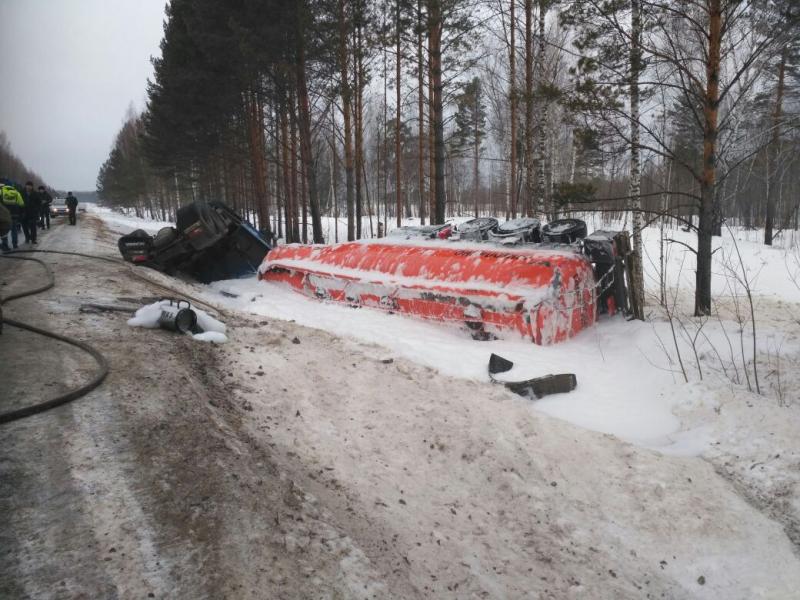 На Томской трассе улетел в кювет грузовик с цистерной газа