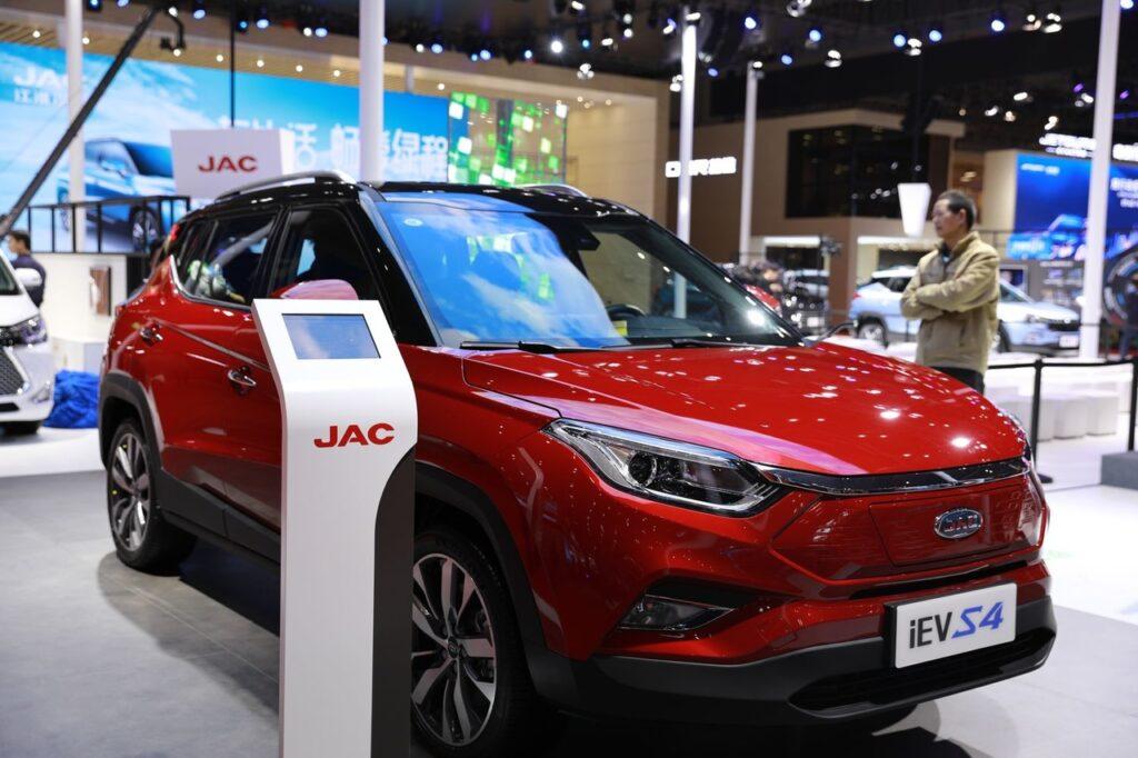 JAC представил полностью электрический кроссовер JAC iEVS4