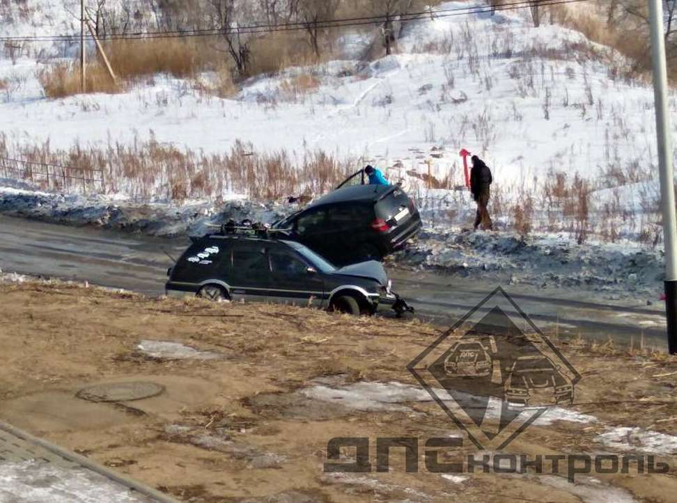 """Хабаровск: 5 ДТП произошло в """"ледяной ловушке"""""""