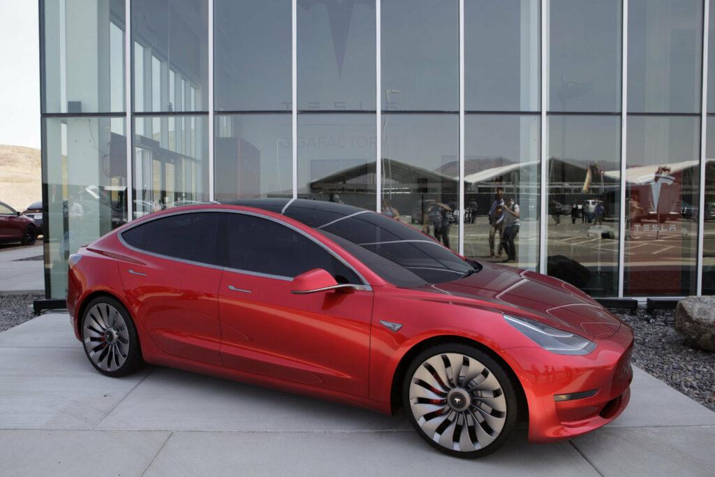 Рост производства Tesla Model 3 стал причиной дефицита батарей в Panasonic