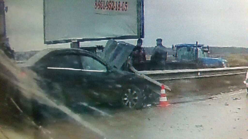 На «глиняной» дороге у Капорского «Шевроле» воткнулся в отбойник