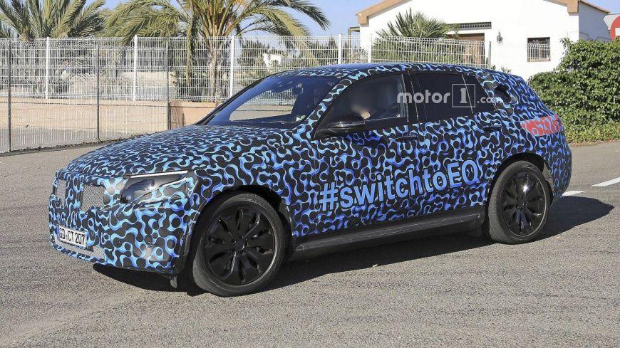 Фотошпионами замечен прототип Mercedes EQ C в необычном камуфляже
