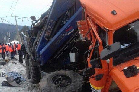 Грузовик врезался в поезд на переезде в Усть-Кутском районе