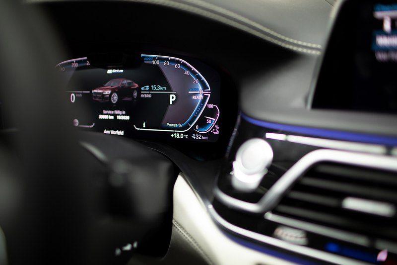 BMW раскрыла экономичную версию гибридного седана 7-Series
