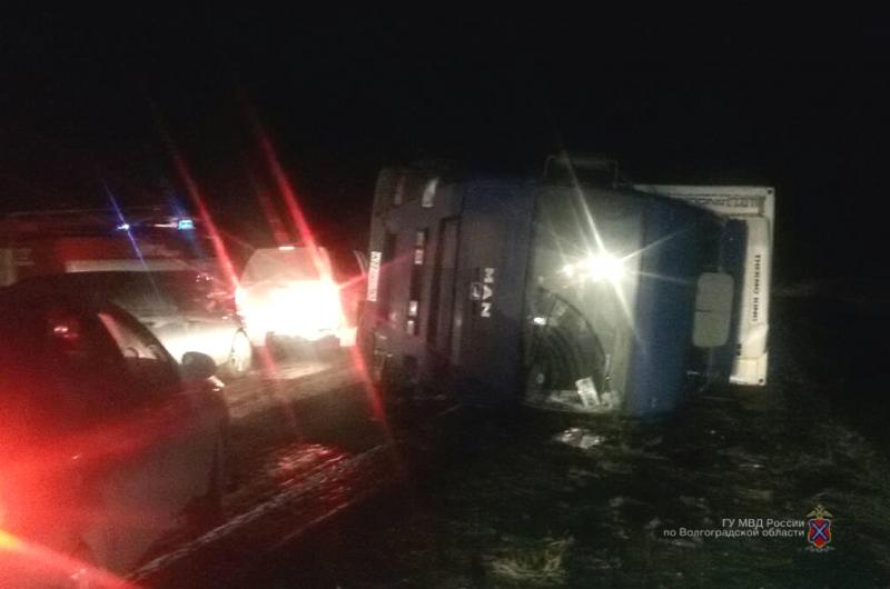 Два человека пострадали в ДТП двух легковушек и большегруза под Волгоградом