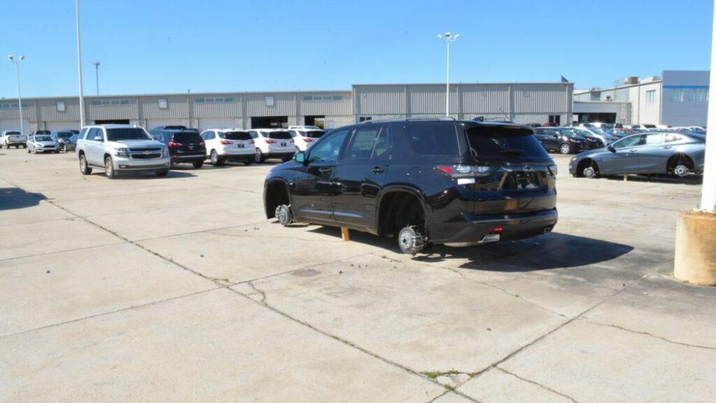 На площадке дилера в США за одну ночь сняли 124 колеса с 31 Chevrolet