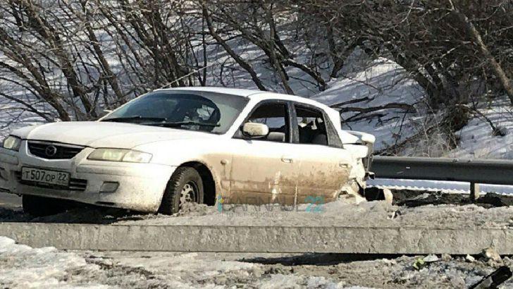 Странная компания в Барнауле сбила столб и покинула место ДТП