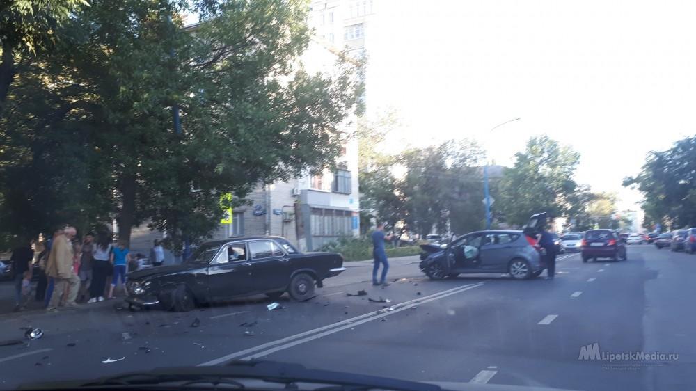 В Липецке на перекрёстке столкнулись «Волга» и «Хендай»