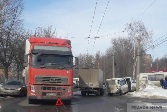 Фура Volvo протаранила «Газель» в Пензе на ул. Совхозной