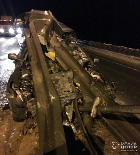 Форд жестко врезался в отбойник натрассе вШексне - водитель погиб, пассажир в коме