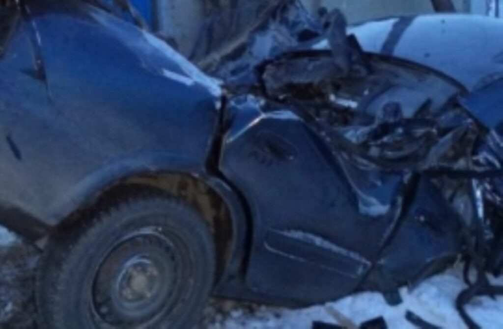 Двое мужчин врезались в столб и погибли в Пензенской области