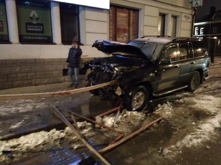 Внедорожник «Тойота» снес ограждение после ДТП с LADA в Рыбинске
