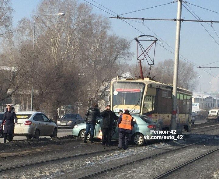 В Кемерове трамвай на рельсах протаранил легковушку