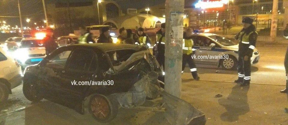 Пьяный лихач врезался в столб в Астрахани, уходя от погони