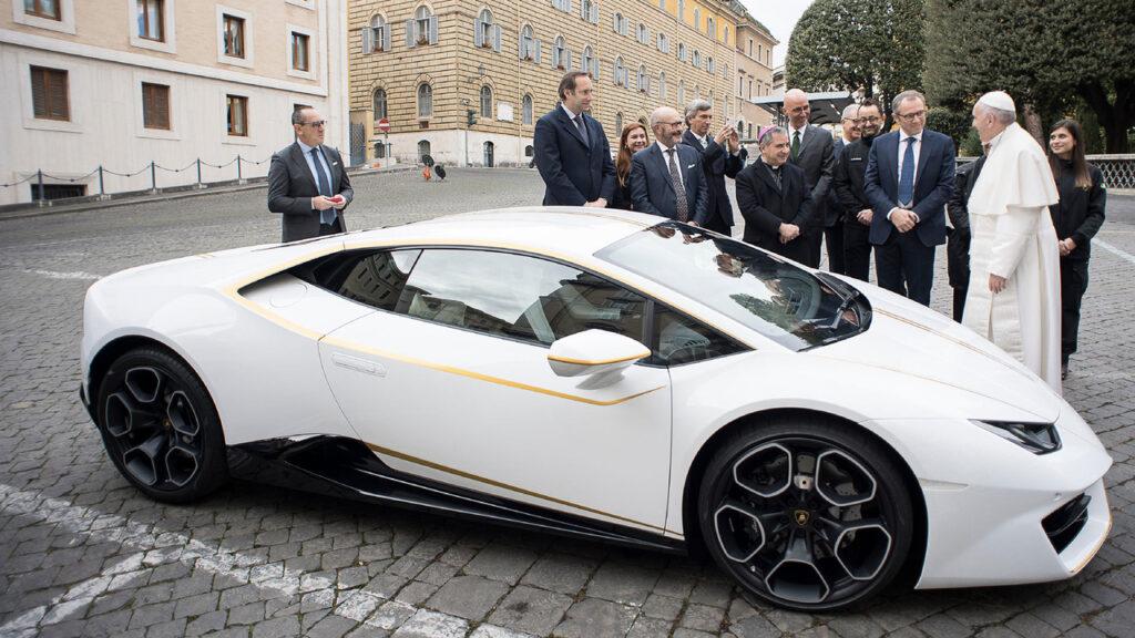 Папа Римский Франциск решил продать свой Lamborghini Huracan