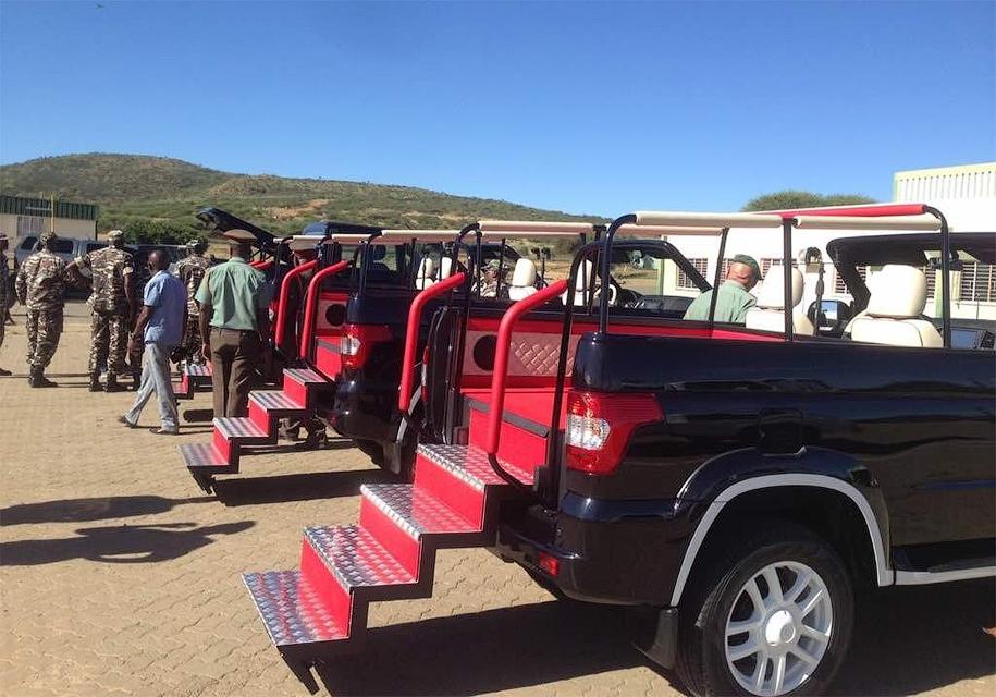 Президент Намибии принял парад на кабриолете УАЗ «Патриот»