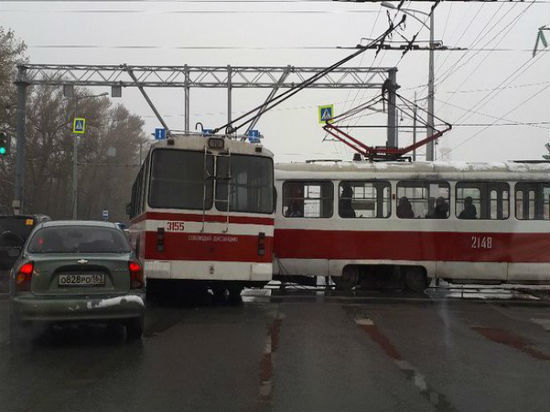 Трамвай и троллейбус столкнулись на Московском шоссе в Самаре