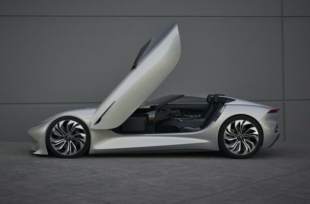 Представлен первый тизер нового электрического купе Karma SC2
