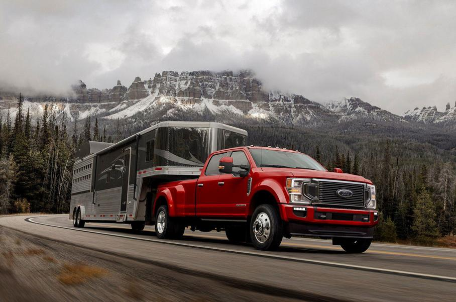 Пикап Ford перевозит крупный груз при помощи прицепа