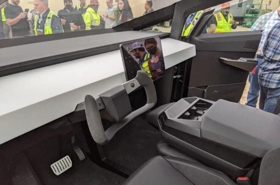Глава Tesla Илон Маск продемонстрировал прототип Tesla Cybertruck сотрудникам завода Tesla