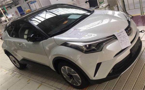 Новый компактный кроссовер Toyota IZOA рассекречен на шпионских фото