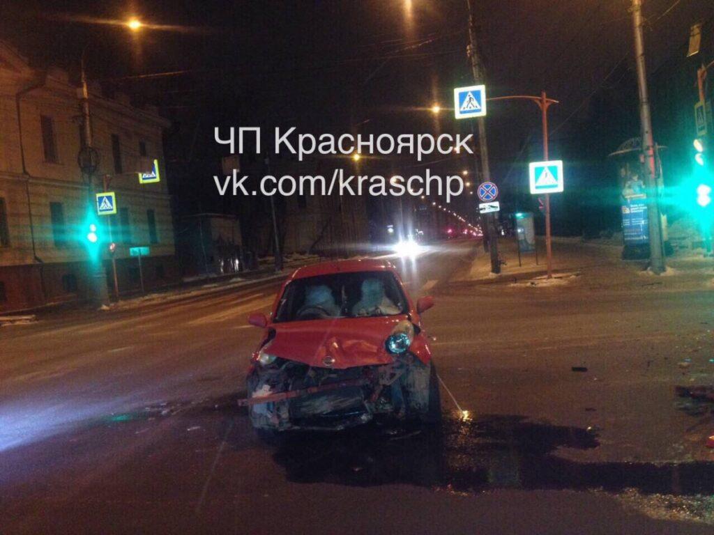 В результате ДТП в центре Красноярска иномарка врезалась в жилой дом