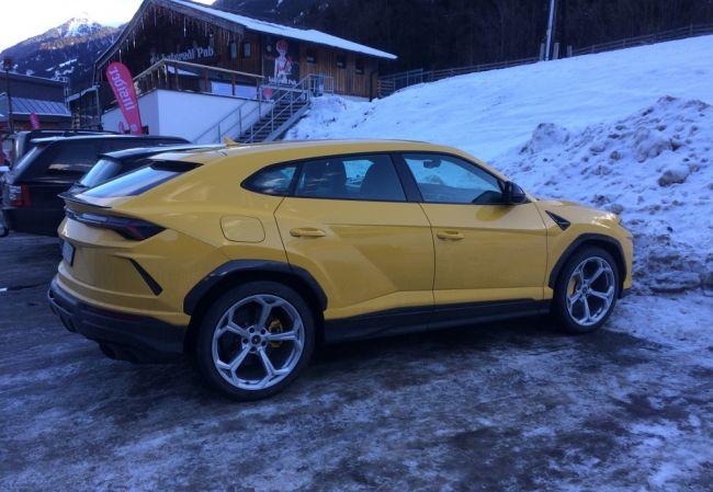 Ярко-жёлтый Lamborghini Urus заметили в австрийских Альпах