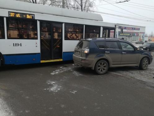 В Саранске столкнулись внедорожник «Митсубиси» и троллейбус