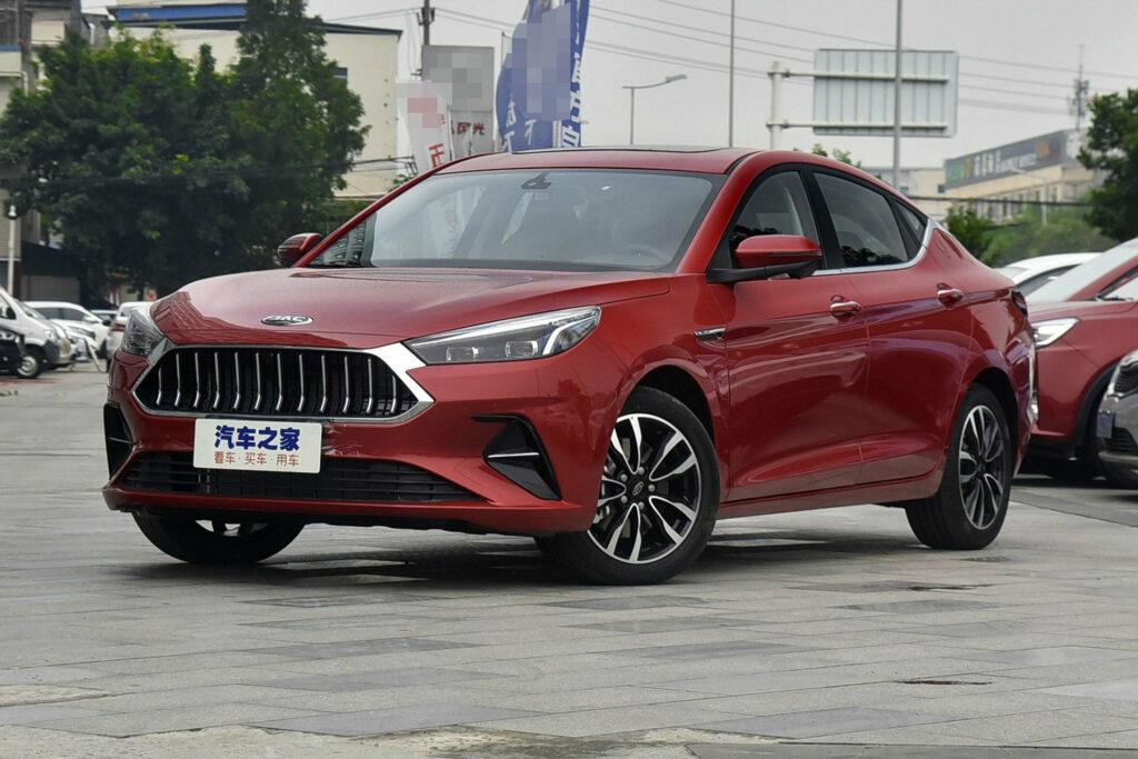 Китайская JAC представила недорогой седан со стильным дизайном